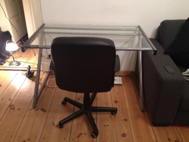 schreibtisch glastisch arbeitstisch mit drehstuhl schwarz in berlin charlottenburg b rom bel. Black Bedroom Furniture Sets. Home Design Ideas