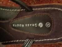 Sandals size 5 Leather ..good condition