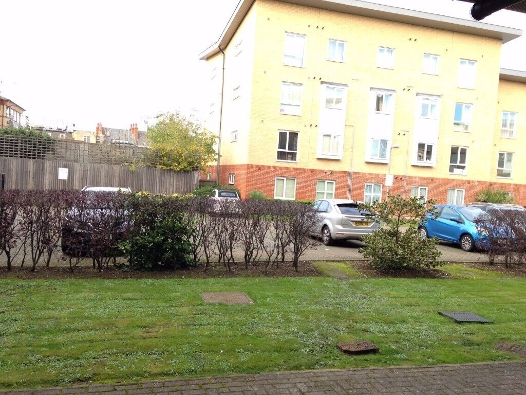 A Modern Good Size One Bed Flat/ V Parking/£ 1150 pcm/ Next to the station/Ground floor