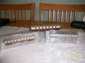 N GAUGE COACHES IN CRIMSON RED AND CREAM