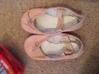 Girls size 8 neutral colour ballet/dance shoe.