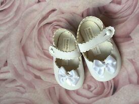 Baby white baypods 6-12 months