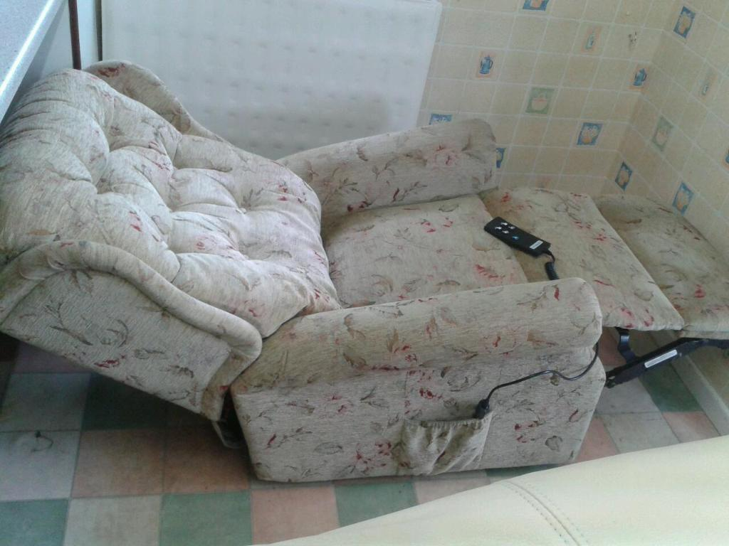 CELEBRITY RECLINING CHAIR WITH FULL MASSAGE SYSTEM.