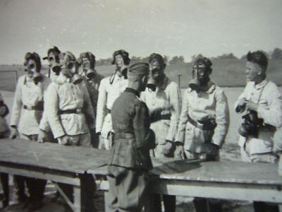 155) Foto Wehrmacht - GASMASKEN Anprobe - Gasschutz - Gummi