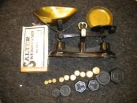 AN OLD SET OF KITCHEN SCALES IN BRASS AND IRON 10 BRASS WIEGHTS AND 6 IRON