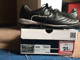 men size UK 8 football trainer