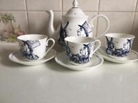 Whittard of Chelsea Alice in wonderland tea set