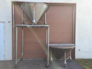 Deux grande trémies en acier inoxydable & support de décharge - Stainless steel hoppers & stand