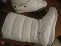 Gore Tex women's snow boots in white with a furry interior. Size 7D. Super comfy, worn twice only