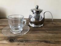Infusion teapot for loose leaf tea with built in strainer and glass teacup set. Great condition.