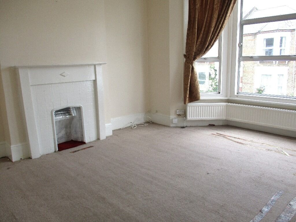 LOVELY SPACIOUS 2/3 DOUBLE BEDROOM FLAT SUPERBLY LOCATED NEAR ZONE 2 TUBE, 24 HOUR BUSES & SHOPS