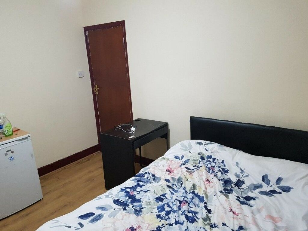 Double Room to Rent in Shared house Near Silver Street Station N18, Available immediately