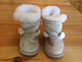 Brand New THE LITTLE WHITE COMPANY Baby Toddler Hippo Grey Slipper Boots. 12-18 Months