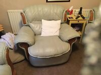 2 seater settle with 2 reclining chairs in good condition very comftable