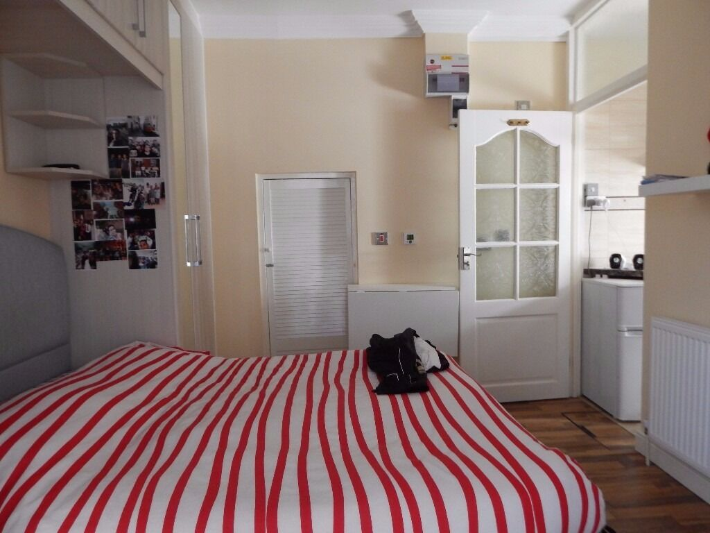 ** A WELL PRESENTED STUDIO FLAT SITUATED IN WEMBLEY PARK AVAIL 9/7/17 - £830 ALL BILLS INCLUSIVE **