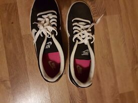 Mens nike shoos size 9 rarely used very good condition