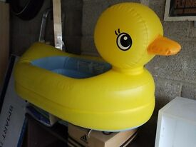 Childs inflatable duck bath with temperature signal