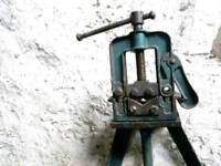 Floor standing pipe vice and small bench pipe vice