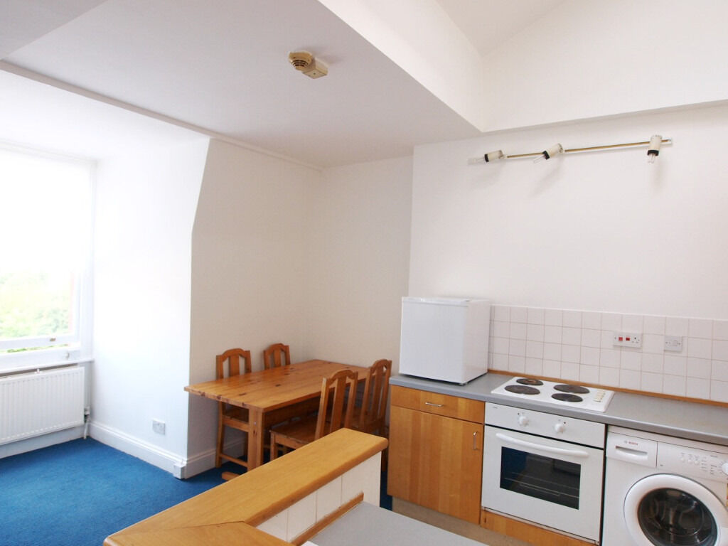 **BACK ON THE MARKET** Top floor 2 bedroom flat within a period conversion located in Finsbury Park