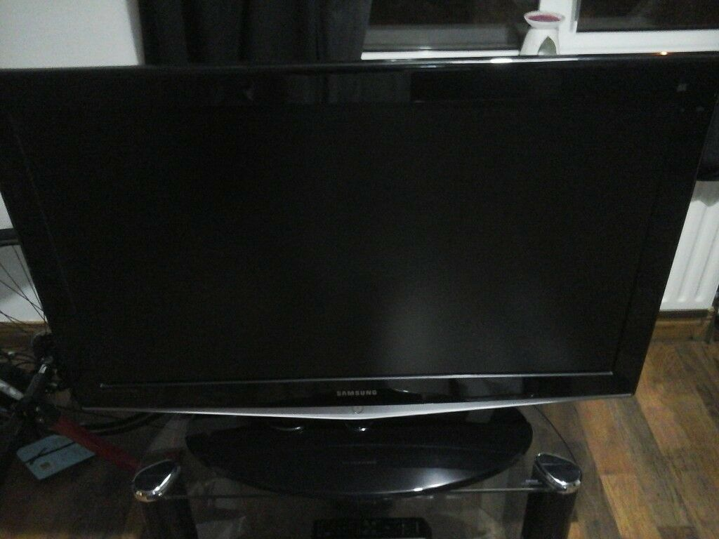 """SAMSUNG 40"""" LCD HD TV WITH STAND"""