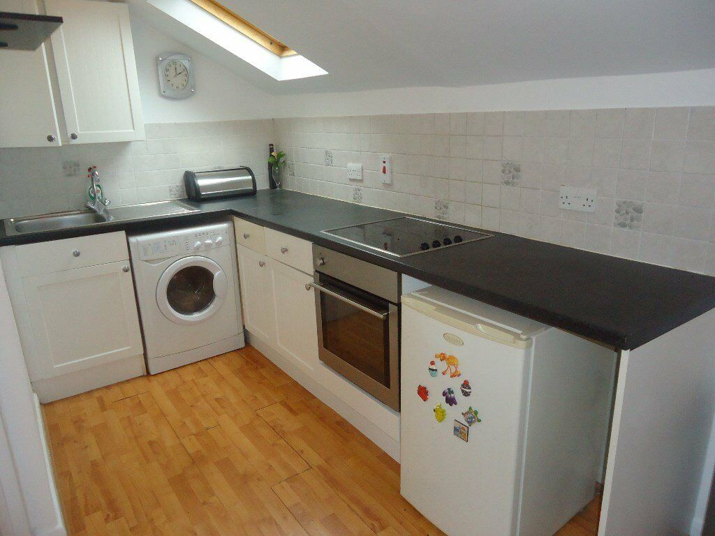 1 bedroomed 1st floor conversion. Set in a quiet road but moments from shops and 15 minutes walk(a