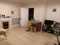 Two Bedroom, Two bathroom modern Flat, large Lounge, Central Hounslow close to tube & Heathrow