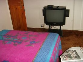 A DOUBLE ROOM AND A SINGLE ROOM FOR RENT IN LANGLEY GREEN,CRAWLEY