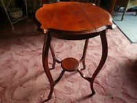 antique table in red mahogany. Auction price without the premiums