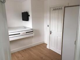 Double Room Ensuite For One Person Rent Near Chigwell Station with TV And ALL BILLS INC .