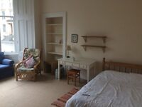 Spacious room available in the West End of Glasgow £450 pcm July - August