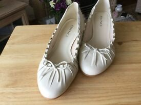 LADIES CREAM COURT SHOES
