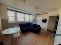 1 bedroom flat in Hammersmith Grove, London, W6 (1 bed) (#998152)