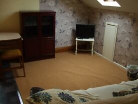 Spacious 2nd floor flat living dining kitchen large double bedroom walk in wardrobe en-suite shower