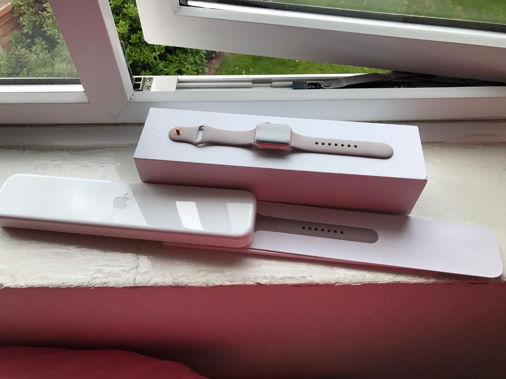 Apple Watch 38mm rose gold series 1 sport bandin Derby, DerbyshireGumtree - Apple Watch 38MM rose gold series 1 sports band in fantastic condition received for birthday present only worn a few times all accessories in the box plus L strap please contact me for more info Product InformationThis smartwatch is part of Apples...