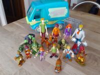 Scooby Doo Mystery Machine and 16 figures