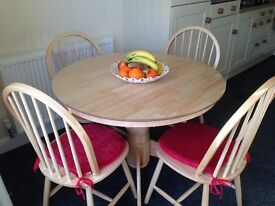 IMMACULATE brand new circular extending dining table with 4 chairs