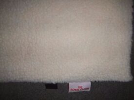 PETS LARGE SHEEPSKIN STYLE CUSHION MAT/BED, SELF HEATING – NEW
