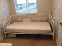 VINTAGE STYLE WHITE METAL DAY BED/SINGLE BED