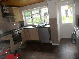 4 bed house in Central Reading, permit parking, mins from Reading station suit family or sharers