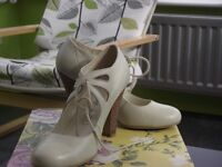 EIGHT PAIRS OF LADIES SHOES SIZE 4