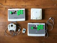 Dreamcast + 2 fight sticks + joypad + VMU + games