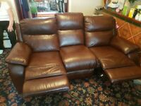 Brown leather reclining sofa in excellent condition reclinez on both sides.