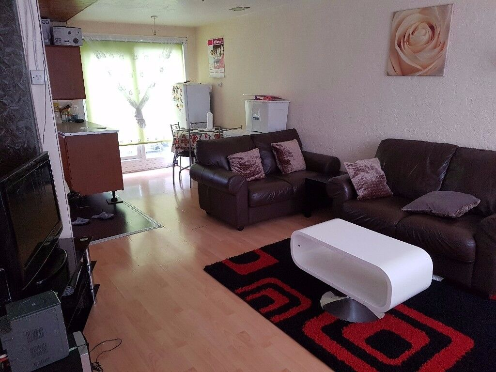 4 bed Town House equal into 2 flats - LU4 Luton