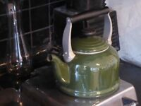 Le Creuset Kettle: Dark green 2.1 litre
