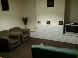 4 bedroom house, on site parking, super fast WiFi, sky tv All Bills included