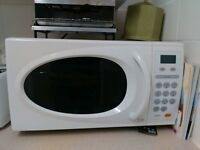microwave white stunning looking Excellent working order collect from e3