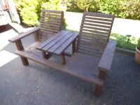 GARDEN/PATIO FURNITURE TWIN COMFORT CHAIRS TABLE IN MIDDLE