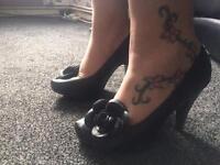 Heeled court shoe