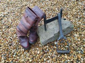 Equestrian stirrup boot scraper