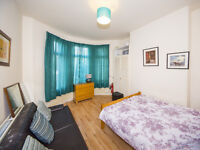 2 Large Double Rooms available on Ormeau Road, 10 minute walk from Queens! All bills included!